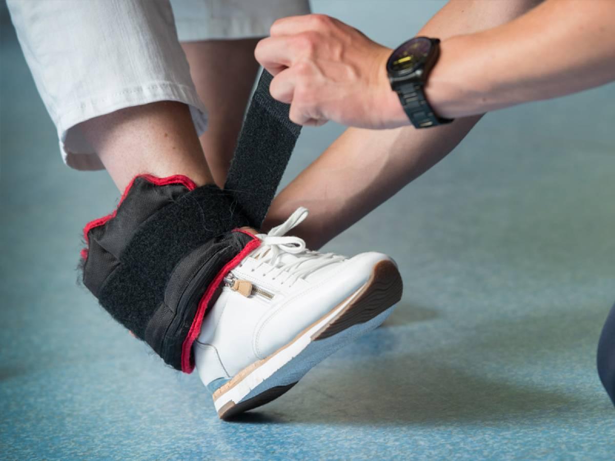 Hulp bij het aantrekken van een aangepaste schoen