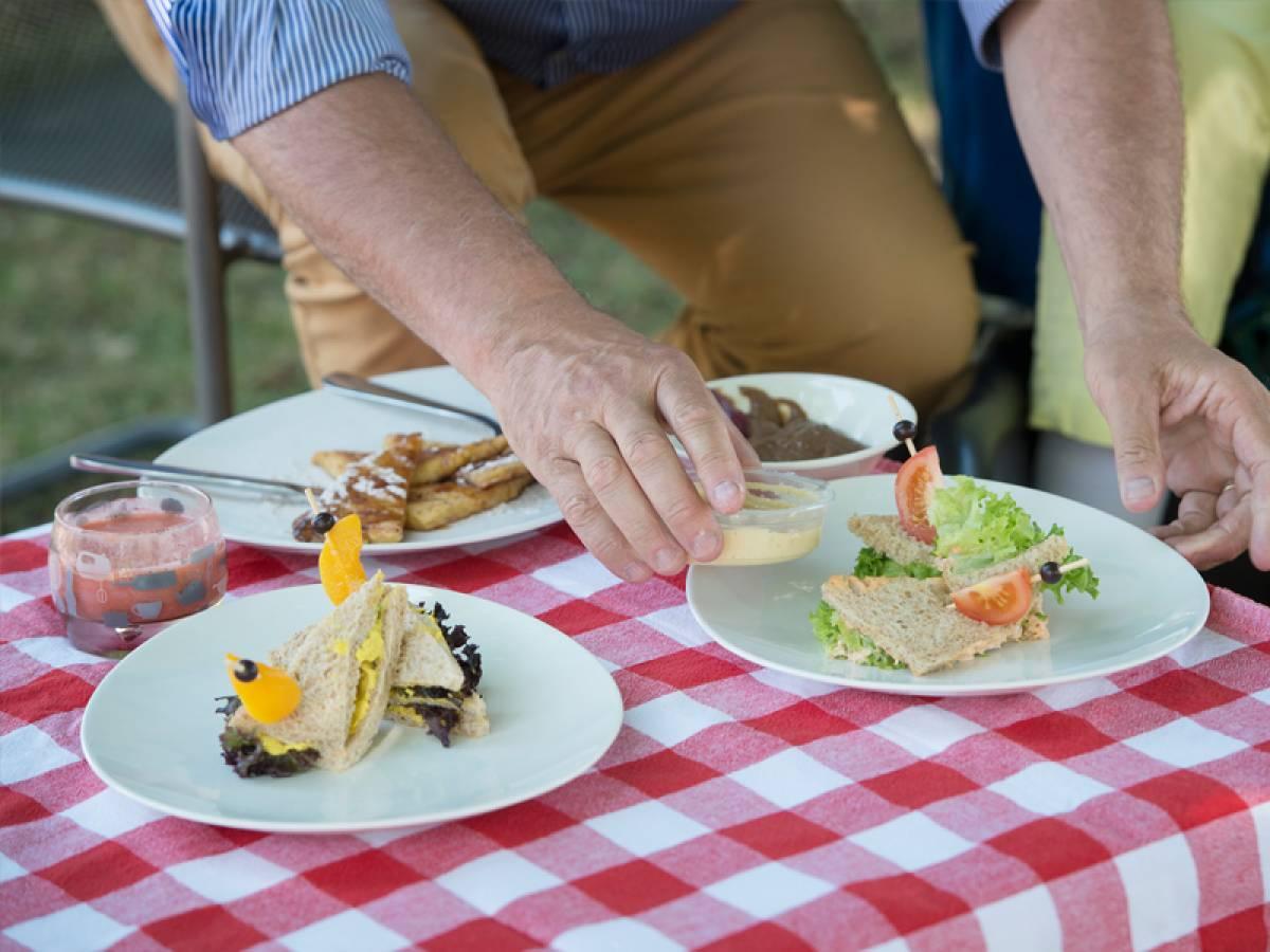 borden met eten op een geruit tafelkleed