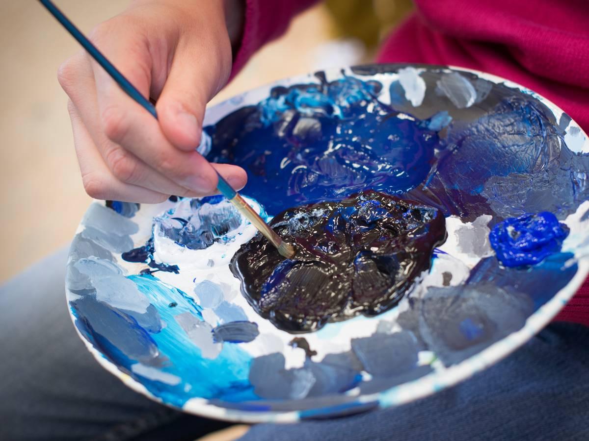 Blauwe verf op een bord