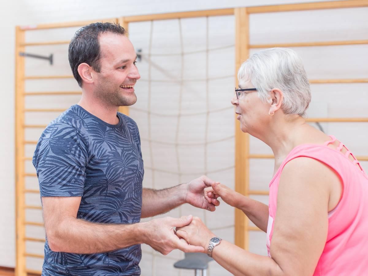 Thomas Rijken, fysiotherapeut bij Amarant samen met cliënte trainen