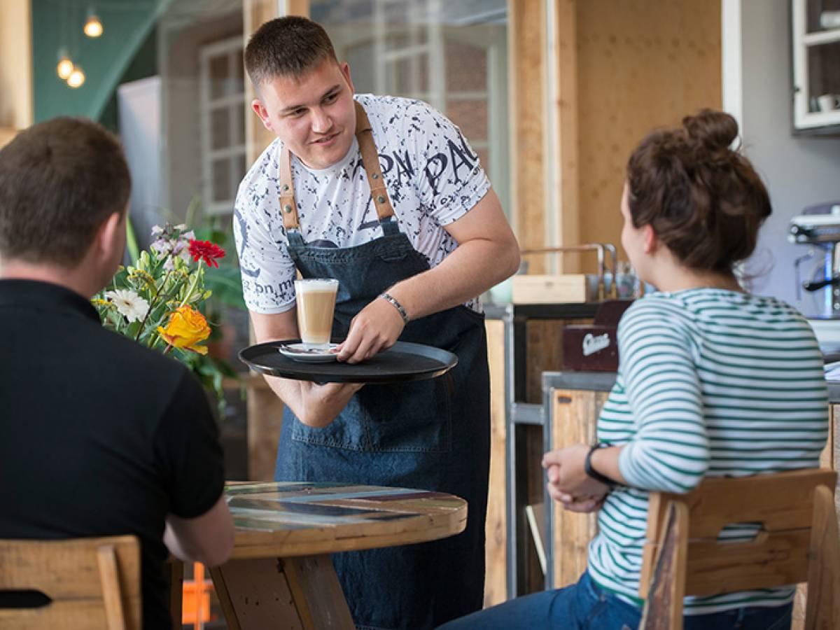 Bjorn serveert latte machiatto aan gast