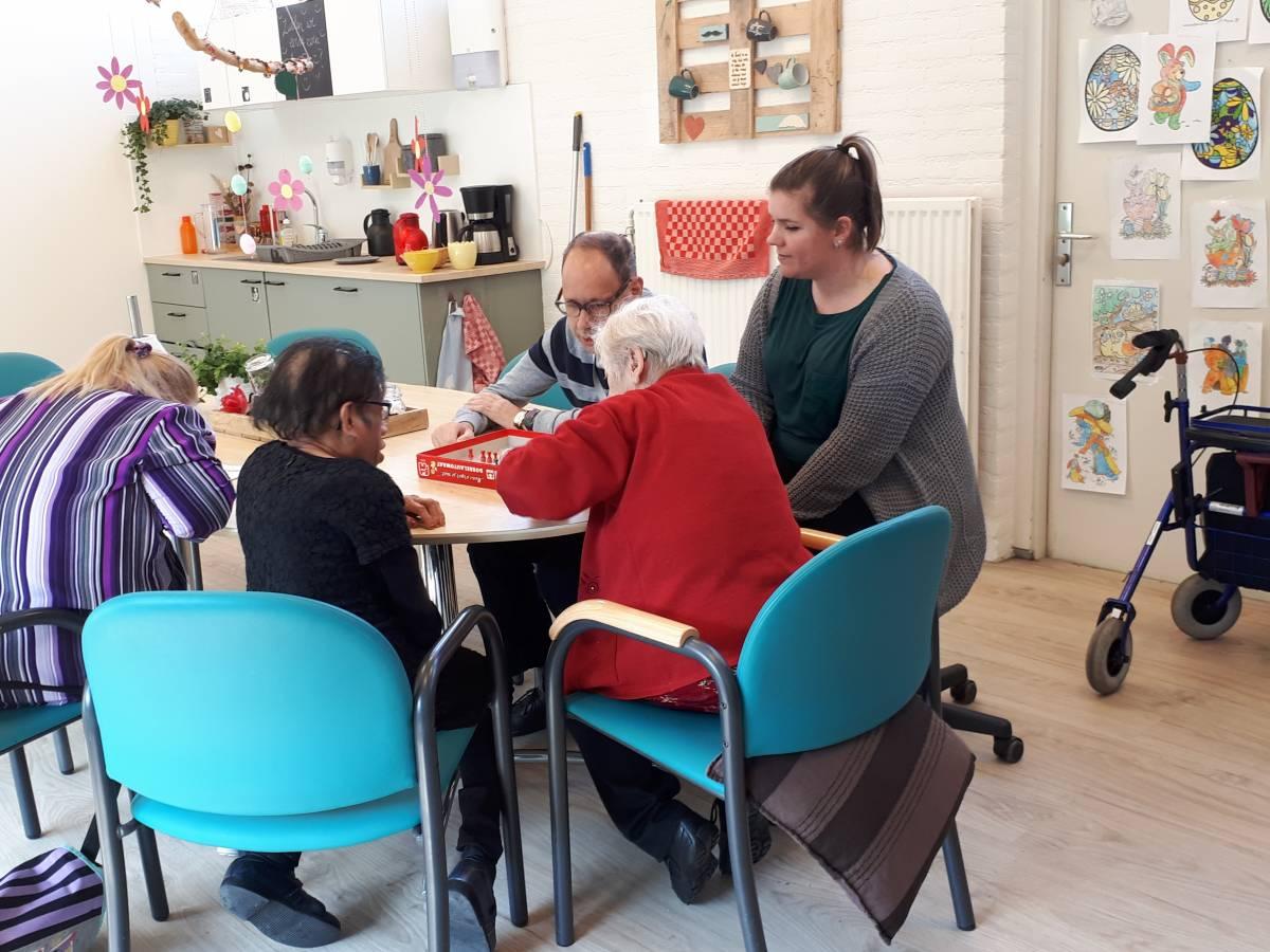 Groep aan tafel