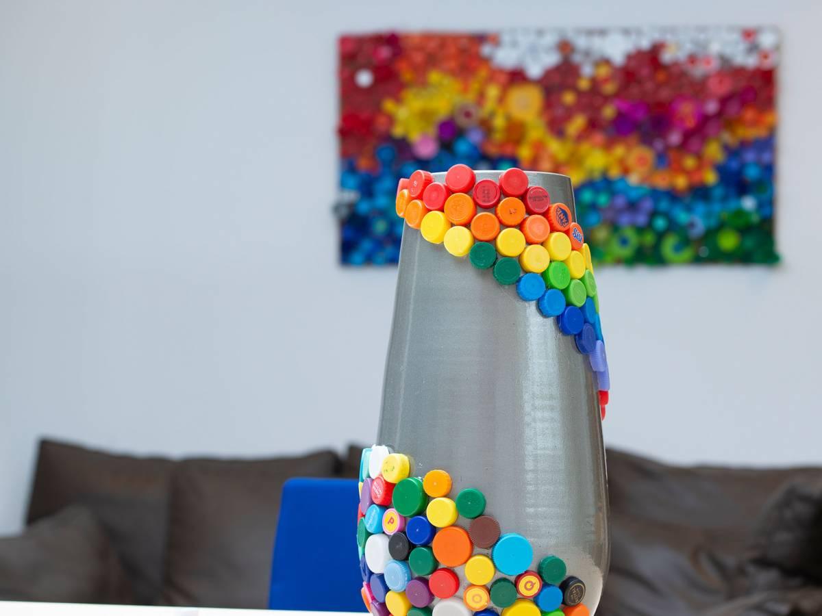 Vaas en schilderij van plastic doppen